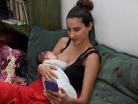 """Mẹ dùng điện thoại khi mới sinh là đang """"hại chết"""" con"""