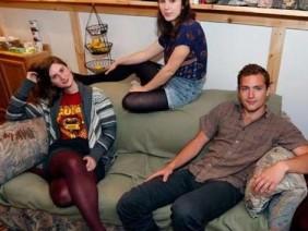 Mua chiếc sofa cũ 20 USD, 3 sinh viên phát hiện vật lạ khiến họ thét lên vui sướng
