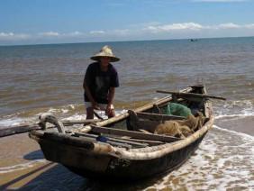 Ngư dân ra khơi, hải sản vẫn ế