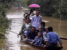 Hà Tĩnh: Bất chấp dòng nước lũ chú rể dùng thuyền đón dâu về nhà