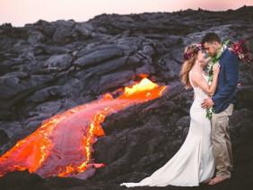 Đôi trẻ liều mạng chụp ảnh cưới bên miệng núi lửa