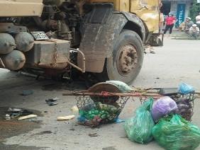 Người phụ nữ bán hàng rong chết thảm dưới gầm xe tải