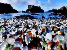 Đổ bãi thủy tinh ra biển, 50 năm sau bãi rác thải bỗng biến thành 'ngọc', ai cũng trầm trồ vì quá đẹp