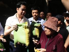 Ngọc Sơn phát 5 tấn gạo và tiền cho người nghèo tại biệt thự