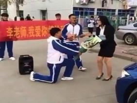 Màn hành xử 'phũ không tưởng' của cô giáo trẻ khi nam sinh quỳ gối cầu hôn