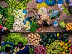 """""""Cái gục đầu"""" của bà cụ bán rau giữa chợ Sài Thành khiến đám đông dừng lại"""