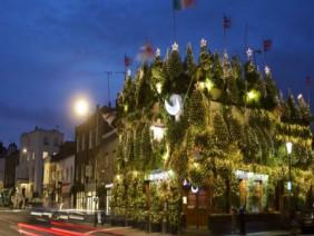 Quán rượu vui vẻ nhất nước Anh trang trí 75 cây Noel, hơn 17.000 đèn Giáng Sinh