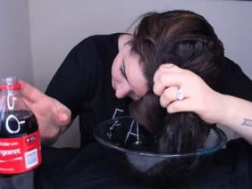 Cô gái nghịch dại gội đầu với nước ngọt có ga, sau 10 phút kết quả thu được khiến ai cũng thốt lên ngỡ ngàng