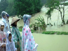 Hàng nghìn ngôi nhà đã bị lũ nhấn chìm ở các tỉnh từ Thừa Thiên Huế đến Khánh Hòa
