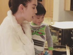 Clip Ngọc Trinh vào bếp nấu ăn cho cháu nội của bạn trai tỉ phú