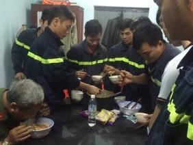 Bức ảnh lay động mùa lũ: Các chiến sĩ PCCC tranh thủ ăn mì tôm lấy sức cứu trợ đồng bào miền Trung