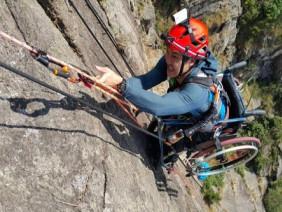 Chàng trai chinh phục vách núi dựng đứng bằng xe lăn