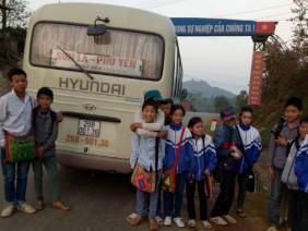 Tài xế 2 năm chở trẻ đến trường miễn phí trên núi cao mưa rét