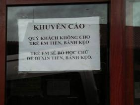 Đằng sau tấm bảng khuyến cáo không cho trẻ em bánh kẹo ở Hà Giang