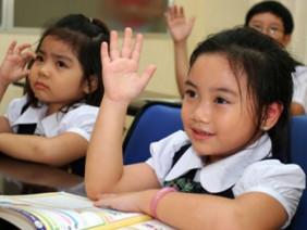 Cô giáo dạy 8:2=4, nhưng cậu học trò thông minh lại không hiểu tại sao?