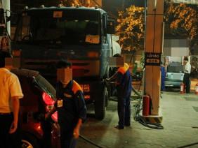 Người đàn ông bán xăng đêm và hành động bùng tiền của các tài xế