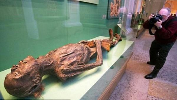 Sốc nặng khi khai quật xác thủ lĩnh giang hồ 2200 năm tuổi vẫn còn nguyên thứ này