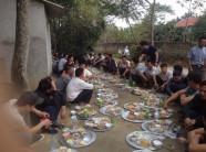 Đã ăn cỗ thì phải mỗi người một mâm, ngồi dọc đường làng như thế này mới là 'chất nhất Vịnh Bắc Bộ'