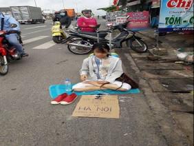 Lý do cô gái xinh Thanh Hóa ngồi trên đường Đồng Nai xin tiền về Hà Nội