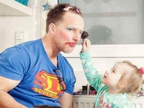 17 bức ảnh hài hước vì con gái nhỏ cha có thể làm tất cả