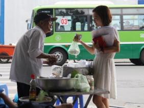 Ông lão 80 tuổi bán xôi nuôi vợ bệnh ở Sài Gòn: