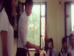 Khoảnh khắc cắt bánh trong lớp của thầy giáo Hải phòng gây sốt vì quá điển trai