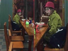 """Xôn xao hình ảnh """"hot girl quỵt tiền"""" Bella nước mắt ngắn dài trong nhà hàng khiến dân mạng không khỏi hoang mang"""