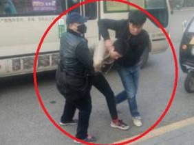 Vạch mặt kẻ móc túi trên xe buýt, cậu thiếu niên bị hành hung tập thể