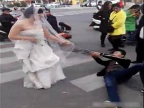 Trốn đám cưới, chú rể bị cô dâu buộc xích lôi xềnh xệch trên đường