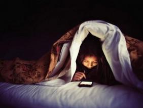 Nếu bạn phải sử dụng điện thoại trước khi ngủ, hãy nhớ những phương pháp sau