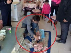Nhầm là rác, người đàn ông thẳng tay vứt bỏ túi tiền chứa gần 600 triệu