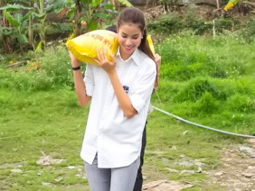 Phạm Hương đi dép lê, vác gạo ra bãi đá sông Hồng