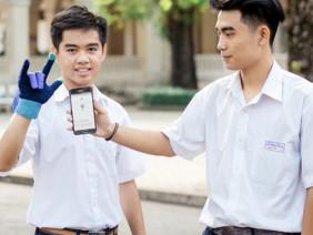 """2 nam sinh 10X Sài Gòn sáng tạo """"Găng tay chuyển ngữ"""" giúp người câm điếc có thể nói chuyện bằng lời"""