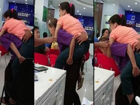 Con gái 30 tuổi vẫn bắt mẹ già 70 cõng trên lưng và sự thật sốc nặng khi nhìn xuống chân