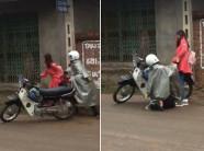 Xôn xao hình ảnh chàng trai mặc áo mưa quỳ gối xin lỗi bạn gái giữa đường