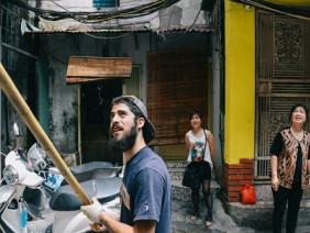 Chàng trai râu xồm Mỹ nhuộm màu cho phố cổ Hà Nội