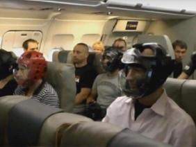 Sợ bị choảng, hành khách United Airlines đội mũ bảo hiểm lên máy bay?