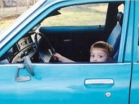 Cha mẹ ngủ quên, bé trai 8 tuổi lái ô tô chở em gái đi mua hamburger