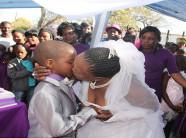 Cả làng đổ xô xem đám cưới của bà lão 62 với cậu bé 7 tuổi, ai cũng sốc nặng khi biết sự thật lại là…