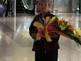 Người mẹ quê ôm bó hoa 500 nghìn đợi con lay động cộng đồng mạng