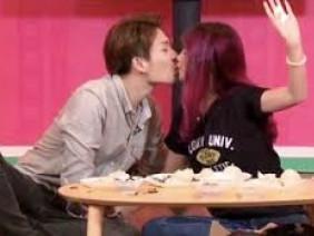 Sau lễ đính hôn, Khởi My và Kelvin Khánh thoải mái hôn nhau trên gameshow truyền hình