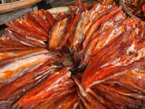 Lạ kì 6 tháng mưa gió, ngư dân Sông Đốc vẫn làm được khô cá bắt mắt