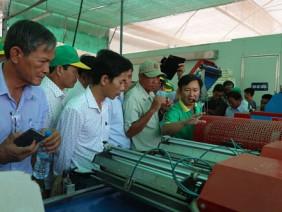 Nông dân xuất sắc kinh ngạc với các thiết bị siêu hiện đại ở VinEco