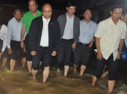 Thủ tướng xắn quần lội nước thăm hỏi, động viên người dân vùng lũ