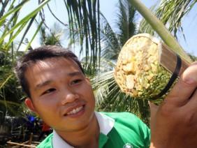 Nghề cực lạ Việt Nam: Massage hoa dừa để kích thích chảy...mật