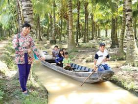 'Nàng Kiều' kỹ sư về quê trồng vườn dừa, khách tới ầm ầm